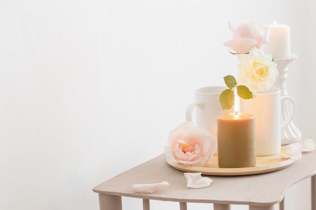 아름 다운 장미와 흰색 바탕에 타는 촛불