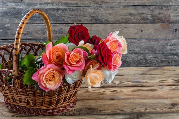 Красивые розы в корзине