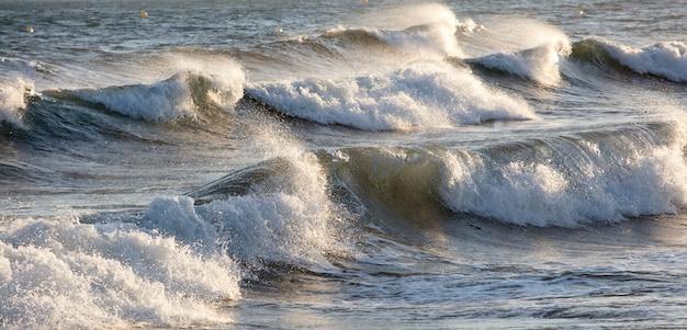 海の泡と波のある美しい荒れた海