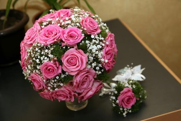 バラの美しい丸いブライダルブーケ