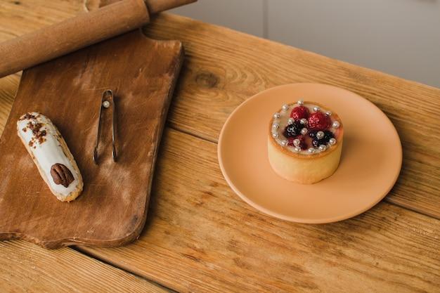 木製のテーブルの上の茶色のプレートに美しい丸いデザート。カフェメニュー広告ペストリーショップ