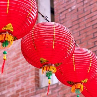 古い伝統的な通りにぶら下がっている美しい丸い赤い提灯、中国の旧正月の祭りのコンセプト、クローズアップ..