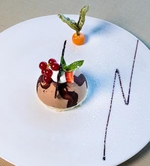 Красивый округлый шоколадный десерт