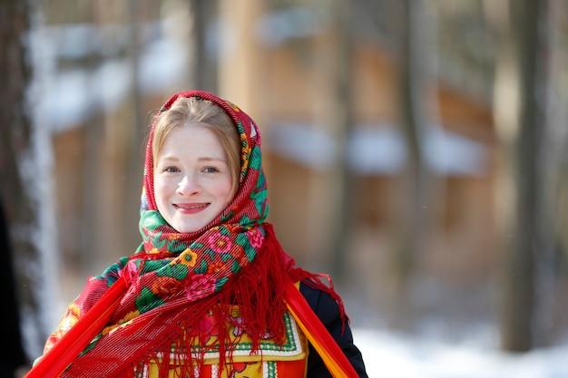 Красивая русская девушка в платке