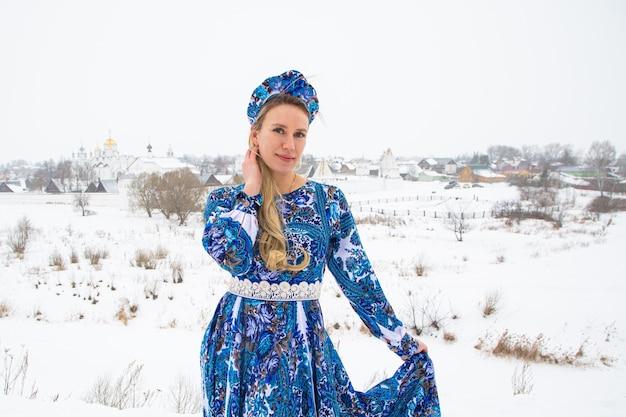 겨울 국가 복장에서 아름 다운 러시아 여자