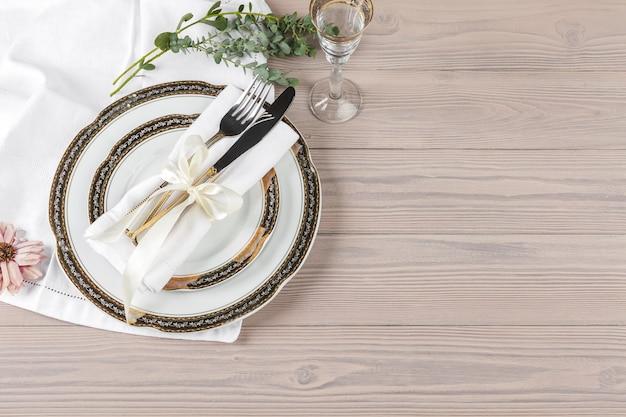 木製のテーブルに美しい素朴なテーブルセッティング