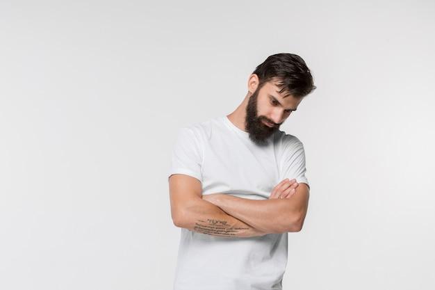 Красивый грустный мужчина в студии