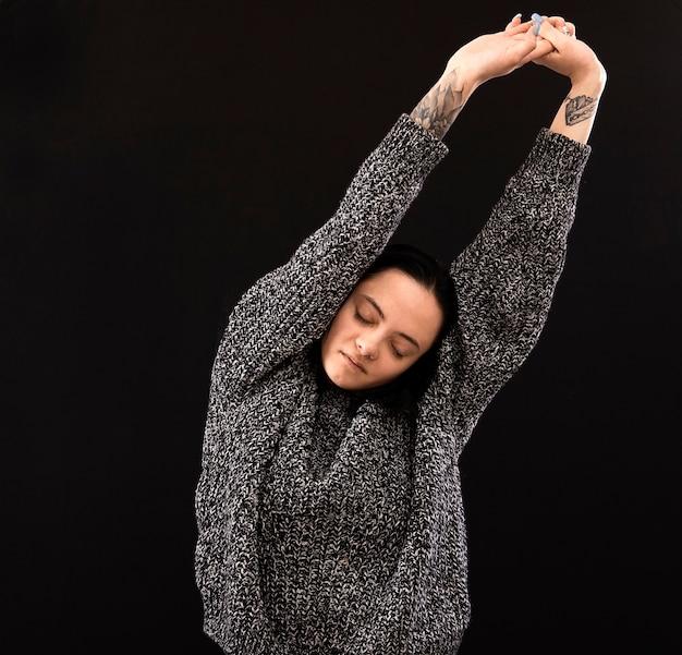 手を身振りで示す美しい悲しい物思いにふける官能的な若い女性