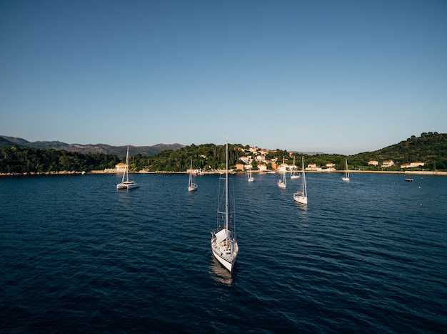 크로아티아 섬 근처의 아름다운 범선