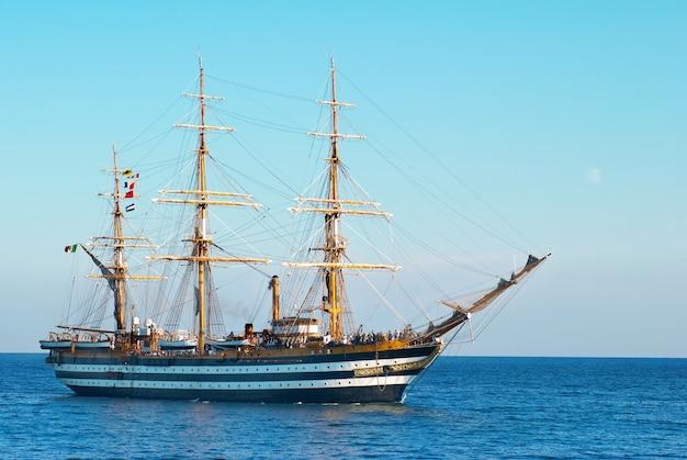 Красивое парусное судно в море заходит в залив