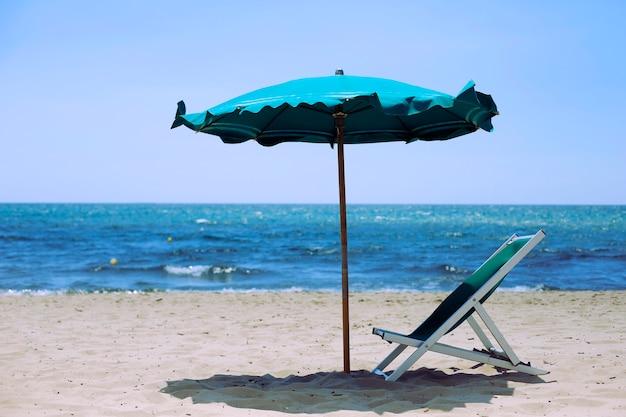 안락의자와 파라솔이 있는 아름다운 모래 해변