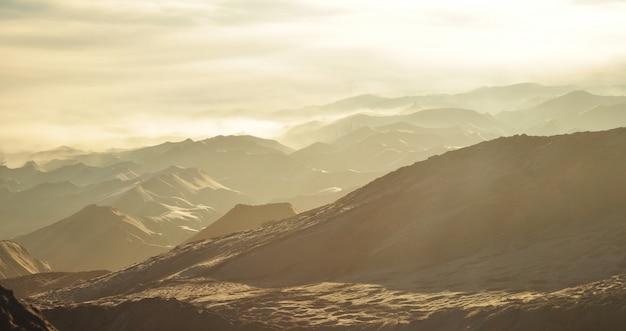 日の出のインドネシア、ブロモ山の周りの美しい砂丘