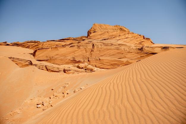 サハラ砂漠の背景の風景の美しい砂丘