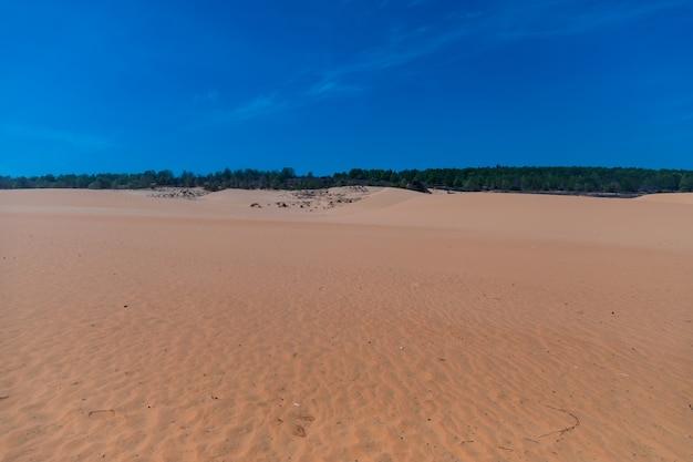 Belle dune di sabbia di mui ne, vientam sotto un cielo blu chiaro