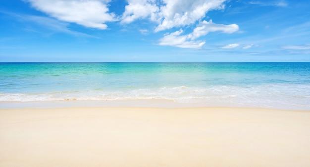 아름 다운 모래 해변과 맑고 푸른 하늘 배경으로 바다 놀라운 해변 푸른 하늘 모래 태양 일광 휴식 풍경보기 여름 및 여행 배경에 대 한 푸 켓 섬 태국에서.