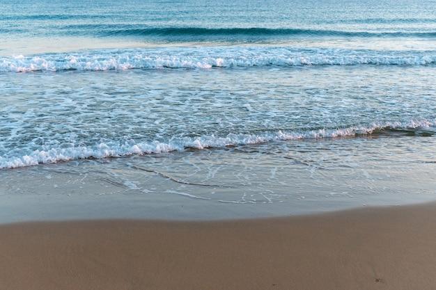 바다 배경에 아름 다운 모래 해변입니다.