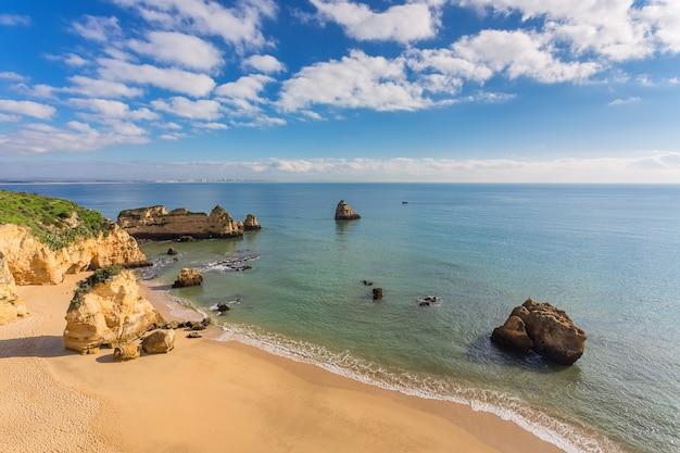 Прекрасный песчаный пляж. побережье португалии, алгарве, лагос.