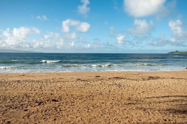 Красивый песчаный пляж с синим морем и небом