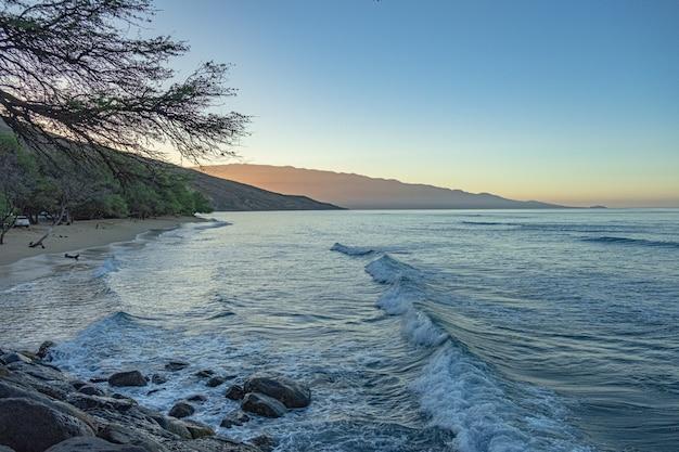 Bellissima spiaggia di sabbia con mare blu e cielo