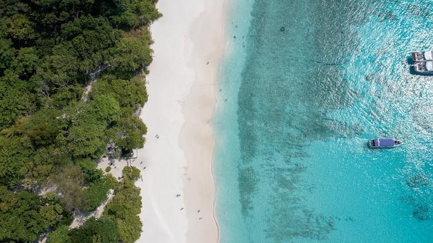 Красивый песчаный пляж с волной, разбивающейся о песчаный берег на симиланских островах красивое тропическое море симиланский остров №4 в симиланском национальном парке пханг-нга, таиланд