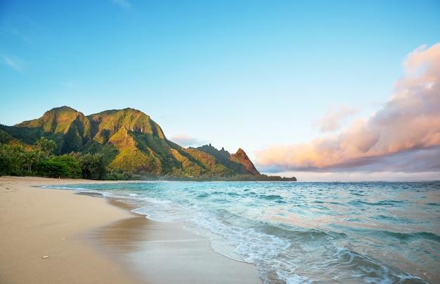 Красивая сцена на пляже туннелей на острове кауаи, гавайи, сша