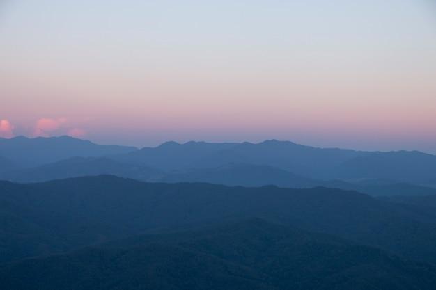 Красивая сцена, восход солнца с видом на горы утром.