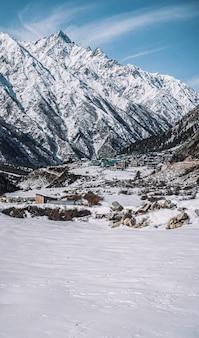 겨울 spiti의 눈 덮인 산의 아름다운 장면