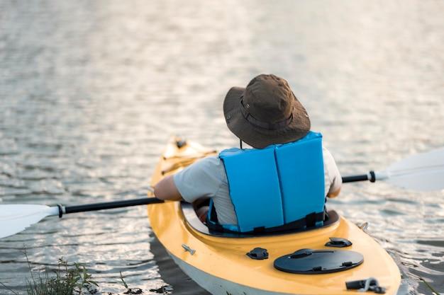 Красивые пейзажи каноэ плывут по водохранилищу