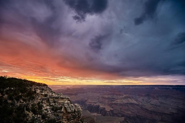 Splendido scenario di un paesaggio del canyon nel parco nazionale del grand canyon, arizona - usa