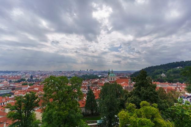 Красивые пейзажи со смотровой площадки комплекса пражский град с видом на карлов мост и городской пейзаж праги, чешская республика