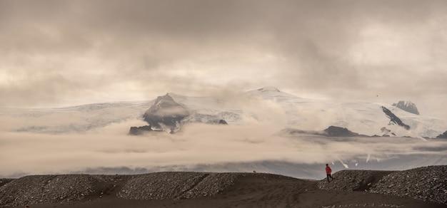 Splendido scenario dei ghiacciai islandesi sotto bellissime nuvole bianche e soffici