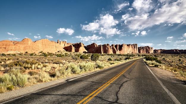 Splendido scenario di un'autostrada in un paesaggio di canyon nel parco nazionale di arches, utah - usa