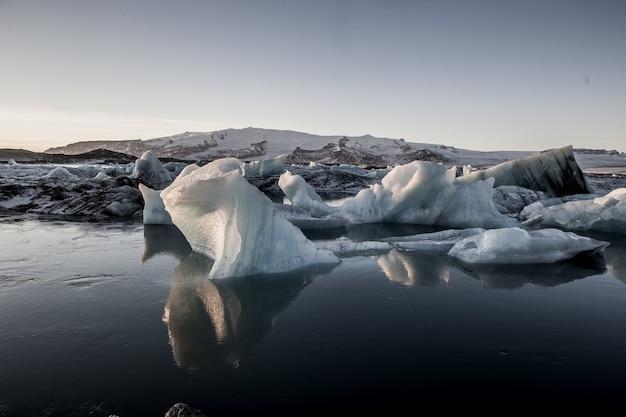 Lo splendido scenario della laguna glaciale di jokulsarlon si riflette nel mare in islanda