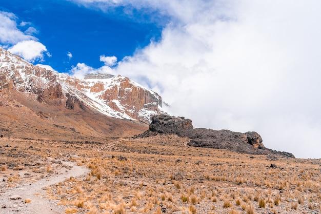 Splendido scenario di un paesaggio montano nel parco nazionale del kilimangiaro