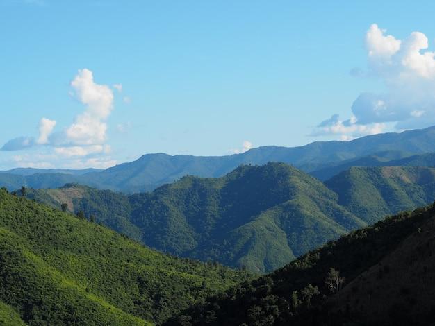 Splendido scenario di un paesaggio di montagna sotto la luce del sole