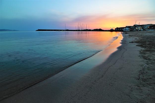 息を呑むような空の下で日没時のビーチの美しい風景