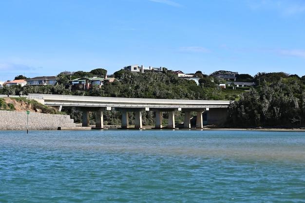 澄んだ空の下、海に架かる橋の美しい風景