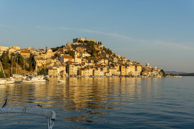 크로아티아의 바다 연안에 건물이 많은 도시 풍경의 아름다운 풍경
