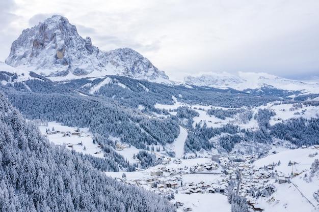 겨울에 눈 덮인 알프스의 숲의 아름다운 풍경