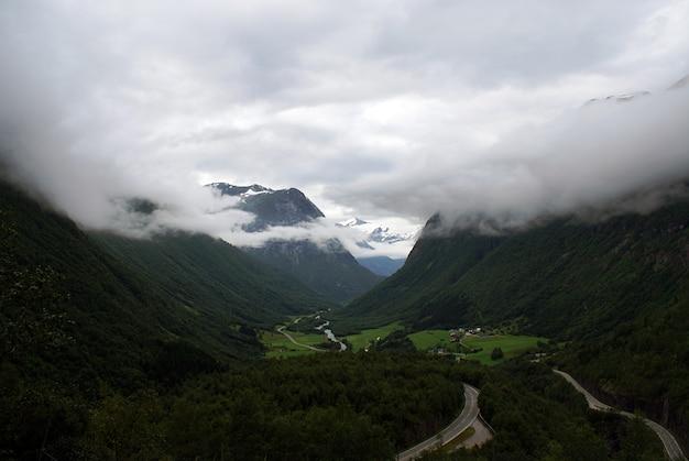 안개에 싸인 산의 녹색 풍경의 아름다운 풍경