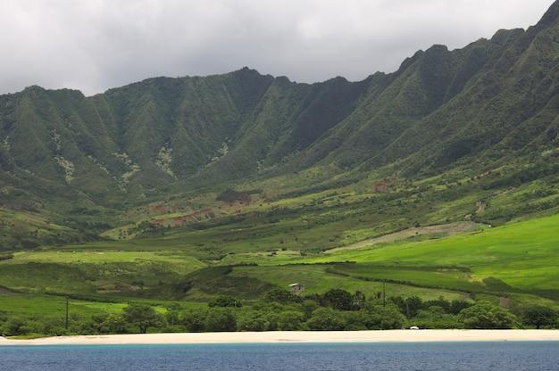 オアフ島の西側にある山々のある緑豊かな風景の美しい風景