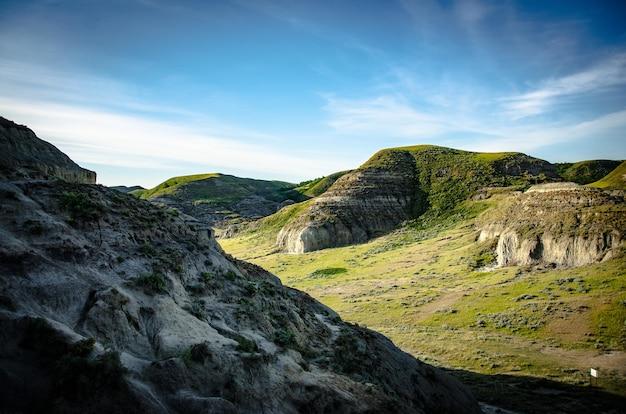 언덕이 있는 녹색 산악 풍경의 아름다운 풍경