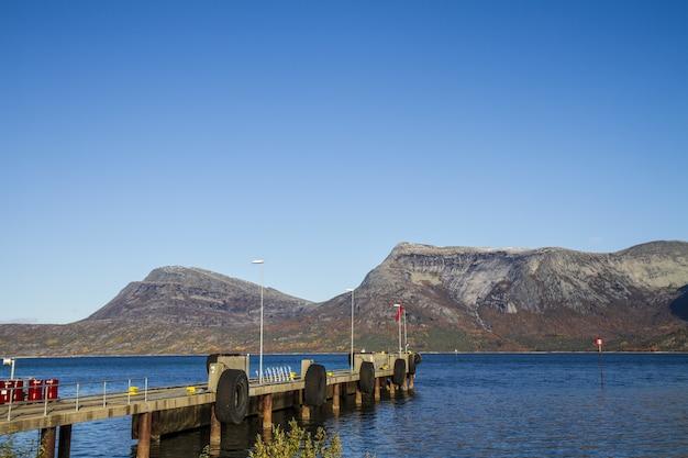 푸른 맑은 하늘 아래 노르웨이의 호수와 피요르드의 아름다운 풍경