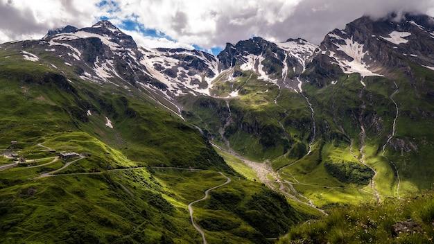흐린 하늘 아래 눈으로 덮여 산악 풍경의 아름다운 풍경