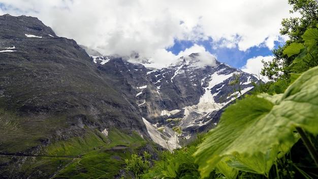 曇り空の下で雪に覆われた山岳風景の美しい風景