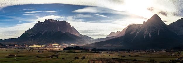 밝은 태양이 있는 산악 풍경의 아름다운 풍경
