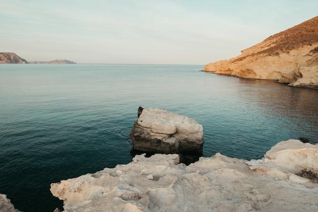 Красивые пейзажи мирного моря в окружении скалистых утесов