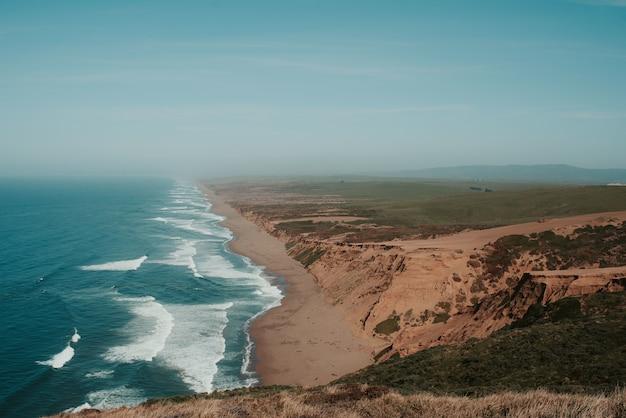 Красивые пейзажи национального побережья пойнт рейес в инвернессе, сша
