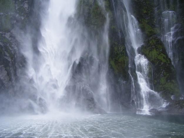 뉴질랜드 피요르드의 강력한 폭포의 아름다운 풍경