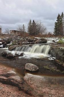Красивый пейзаж мощного водопада в окружении скальных образований